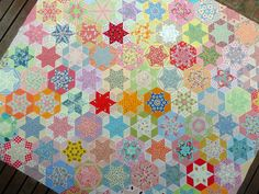 Hand Pieced Hexagon Quilt ~ http://www.redpepperquilts.com/2010/12/hand-pieced-hexagon-quilt.html#