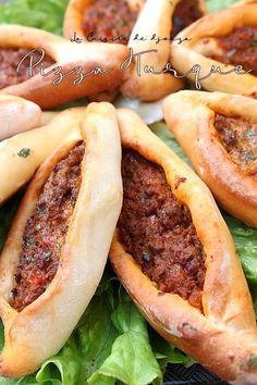 Pizza turque a la viande hachée, Kiymali pide   Cuisinez avec Djouza Plats Ramadan, Beignets, Hot Dog Buns, Buffet, Chips, Food And Drink, Cooking, Ethnic Recipes, Desserts