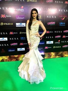 Kriti sanon at green carpet of IIFA 2018 Beautiful Bollywood Actress, Most Beautiful Indian Actress, Party Wear, Party Dress, Mehndi Designs For Girls, Best Casual Outfits, Indian Fashion Dresses, Dress Fashion, Bollywood Dress