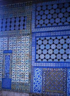 Islamic tiles at Topkapi Palace (Turkey) Islamic Tiles, Islamic Art, Islamic Architecture, Art And Architecture, Tile Art, Mosaic Tiles, Tiling, Kind Of Blue, Blue And White