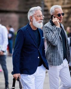 The street style looks from the Pitti Uomo 94 was a fashion show in its own right. Take a look at how the Italian city flourished with these outfits. Older Mens Fashion, Best Mens Fashion, Bon Look, Komplette Outfits, Business Casual Outfits, Well Dressed Men, Gentleman Style, Mens Clothing Styles, Fashion Editorials