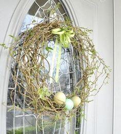 une couronne de porte naturelle pour Pâques décorée d'œufs