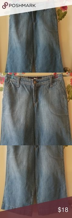 "Lux Capri Crop Denim Wide Jeans Cotton 3 EUC Lux Capri Crop Denim Wide Jeans Women Blue Cotton 3 Excellent Used Condition   Beautiful capri, crop denim jeans   100% Cotton  Measurements:  Length: 27.5"" in Inseam: 20"" in  Waist: 14"" in  Hem: 10.5"" in  Thank you for looking!  C-B01 Lux Jeans Ankle & Cropped"