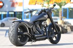 Die Harley-Davidson Softail Fat Boy rollt auf Thunderbike Vegas Cut Rädern und wurde mit Heckumbau, Stretch Tank und vielen weiteren Umbauten verfeinert.