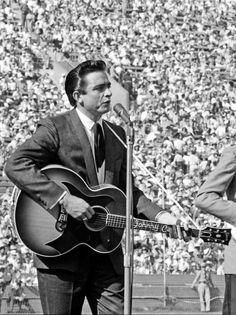 A vintage photo of Johnny Cash Johnny Cash June Carter, Johnny And June, Here's Johnny, Rock And Roll, Tennessee, Country Music Stars, Country Singers, Musik Genre, Nashville