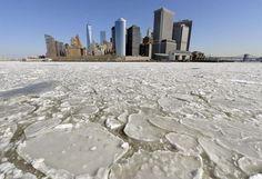 Una vista di Lower #Manhattan da Staten Island Ferry il porto di #NewYork pieno di grandi blocchi di ghiaccio