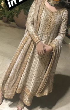 The present wedding dresses 2019 contains a dozen different dresses in the modern Boho style. Many wedding dresses are two-piece with a contemporary Prime or prime top, mixed Shadi Dresses, Pakistani Formal Dresses, Pakistani Wedding Outfits, Nikkah Dress, Pakistani Dress Design, Pakistani Wedding Dresses, Bridal Outfits, Indian Designer Outfits, Indian Outfits
