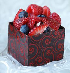 Like any other gift this box also has a surprise element. The trick is to add a little extra under the berry layer.To make decorative chocolate boxes Chocolate Boxes, Chocolate Recipes, Coffee Cream, Kitchen Recipes, Mousse, Raspberry, Berries, Party Ideas, Sugar
