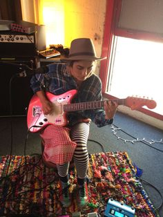 Jenny Lee + Fender Jaguar = unusual but still 💗 (via Twitter)