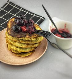 Banana pancakes with red fruit. Healthy banana pancakes are definitely my favorite breakfast. These banana pancakes are the perfect banana pancakes if you ask me. You can find the recipe via the 'visit' button or on organichappiness.nl