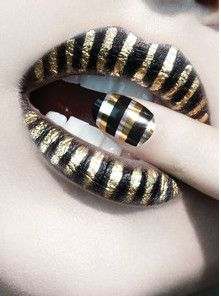 cool lipstick design! this would work well with an egyptian costume for women! Lipstick Designs, Lip Designs, Lip Makeup, Makeup Art, Rock Nails, Egyptian Makeup, Egyptian Costume, Cleopatra Makeup, Metallic Nails