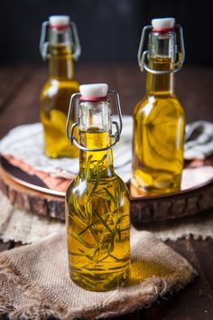 A super simple DIY to make your own infused olive oil! Perfect hostess gift that's so easy, anyone can do it. A super simple DIY to make your own infused olive oil! Perfect hostess gift that's so easy, anyone can do it. Garlic Infused Olive Oil, Flavored Olive Oil, Flavored Oils, Infused Oils, Garlic Oil, Orange Olive Oil Cake, Lemon Olive Oil Cake, Olives, Olive Oil Dip