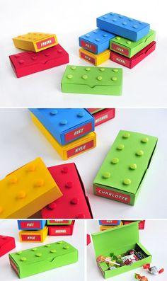Für Deinen Lego-Kindergeburtstag eignen sich diese kleinen Boxen für die Give-aways. Sie sind schnell selbstgemacht. Weitere passende Ideen für Deine Lego-Party findest Du auf blog.balloonas.com #lego #kindergeburtstag #balloonas #give-away #mitgebsel