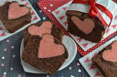 � All'apparenza è il solito, innocuo plumcake; in verità questo dolce cela un segreto, un cuore (letteralmente!) a sorpresa. Non è difficile da p...