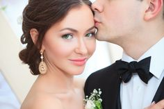 Not to mention wedding decoration. Because wedding decors give important tips to the guests in terms of reflecting the style of the couple to be married. Hair And Makeup Tips, Beauty Makeup, Hair Makeup, White Wedding Cakes, Beauty Regimen, Professional Makeup Artist, Gorgeous Eyes, Beauty Editorial, Wedding Beauty