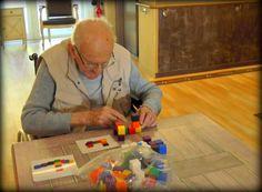 montessori,Residence ETOILE DU MATIN,ETRETAT,EHPAD,Les activités d'éveil sont des ateliers thérapeutiques pris en charge par les soignants dont le rôle ne se limite pas aux soins d'hygiène, ce qui leur permet de rejoindre le résident, de le rencontrer sous forme de rendez-vous quotidien, dans d'autres moments. Les ateliers d'éveil ont pour but de favoriser l'utilisation par la personne âgée de ses circuits cérébraux de mémoire, perception et conceptualisation.