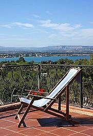 Villa Bianca: Ferienhaus in Syrakus Isola - Ideal für Sonnenhungrige: die Dachterrasse mit traumhaftem Meeresblick. - www.sicilia-ferien.de