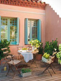 Una casa centenaria  Mesa y sillas adquiridas en un desembalaje en Vic. Caja con plantas, en India & Pacific.