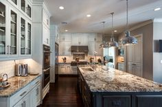 lennon granite Kitchen Traditional with large kitchen island dark wood floor Dark Kitchen Floors, Off White Kitchen Cabinets, Off White Kitchens, Large Kitchen Island, Kitchen Redo, New Kitchen, Kitchen Remodel, Kitchen Ideas, Kitchen Inspiration