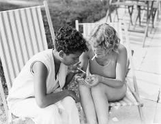 Vrouwen roken een sigaretje in de zon / Women smoking a cigarette in the sun, c1930s. Vervaardiger: Willem van de Poll