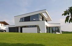 Modernes Architektenhaus mit Pultdach, dynamischer Bauhausstil, realisiert als Massivhaus by www.flow-architektur.de