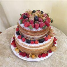 Naked Cake  de frutas! Massa de baunilha c/recheio de doce de leite caseiro e brigadeiro de chocolate branco