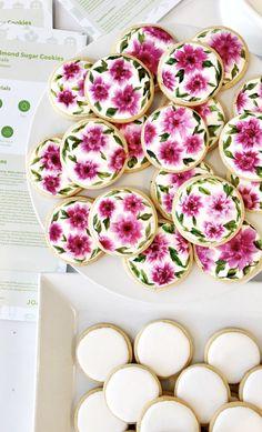 How-to Hand Paint Cookies - kuchen - Flower Sugar Cookies, Vegan Sugar Cookies, Sugar Cookie Recipe Easy, Iced Cookies, Easter Cookies, Royal Icing Cookies, Cake Cookies, Cupcakes, Cookie Favors