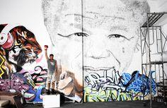 O artista  Phil Akashi, residente em Shangai, criou uma obra inusitada em homenagem à Nelson Mandela, um dos maiores líderes políticos de esquerda dos últimos tempos, que faleceu ontem, 5, em Pretória, na África do Sul.                                                                                                                                                                                 Mais