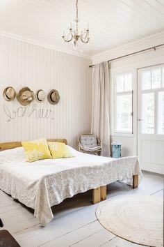 Bonheur! Makuuhuoneen seinät paneloitiin ja maalattiin pellavaöljymaalilla… Country Living, Entryway Bench, Ottoman, Cabin, Bedroom, Furniture, Home Decor, Bonheur, Room