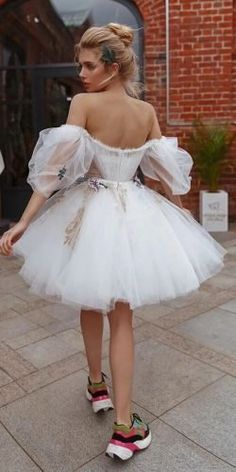 Short Wedding Gowns, Classic Wedding Dress, Used Wedding Dresses, Bridal Dresses, Reception Dresses, Diy Tulle Skirt, Petite Bride, Bridal Robes, Look Fashion