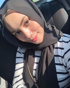 Casual Hijab Outfit, Hijab Chic, Hijabi Girl, Girl Hijab, Beautiful Hijab Girl, Modern Hijab Fashion, Girl With Brown Hair, Aesthetic Girl, Photography Poses