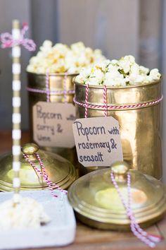 Popcorn für die Hochzeit | Friedatheres.com Fotos: Lichterstaub Fotografie Popcorn/Deko: Kaiserlich und Königlich