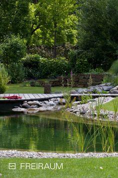 Wieviel Arbeit fällt bei einem Swimming Pond an? 🤔 Nach jedem Winter müssen Bodensedimente abgesaugt und die Wände abgebürstet werden. Im Sommer und Herbst reichen die Arbeiten vom Pflanzenrückschnitt bis zum Anbringend eines Laubschutznetzes. #biotop #livingpool #naturpool #biopool #chemiefrei #swimmingpond #schwimmteich #naturteich #badeteich #wasserimgarten #pooldesign #gartendesign #schwimmen #nochemicals #naturnah #sustainableliving #nachhaltig #ressourcenschonen #garten #outdoorliving Living Pool, Golf Courses, Swimming, Sustainability, Autumn, Summer, Plants, Swim