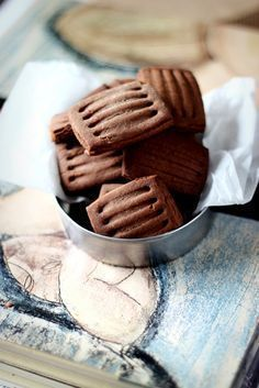 biscotti frollini light al cacao e ouzo .hear are made, but they inspire me. Chocolate Shortbread Cookies, Biscotti Cookies, Galletas Cookies, Cupcake Cookies, Chocolate Desserts, Cupcakes, Kitchen Recipes, Baking Recipes, Cookie Recipes