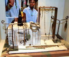 wv @ avenida 186 Shop Windows, Suitcase, Shopping, Store Windows, Briefcase
