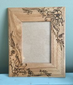 Wood burned flower frame by TheSimpleHomeLife on Etsy - TheSimpleHomeLife - Bilderrahmen Wood Burning Crafts, Wood Burning Patterns, Wood Burning Art, Wood Crafts, Easy Woodworking Projects, Wood Projects, Fine Woodworking, Diy Bottle Opener, Kids Wood