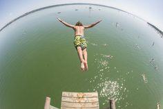 Un tânăr sare în apele lacului Ammer din Utting, sudul Germaniei, sâmbătă, 27 iulie 2013. (  Mark Muller / DPA / AFP  ) - See more at: http://zoom.mediafax.ro/nature/vara-2013-11177643#sthash.9i2k0O67.dpuf
