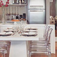 Integrando cozinha e sala de jantar…branco e cadeiras transparentes……