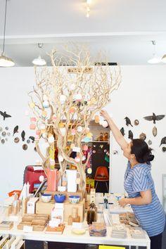 Un divertido árbol central sirve de escaparate para pequeños productos