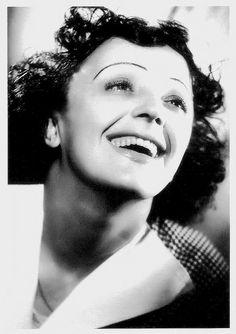 """#music """"Édith Piaf (1915 -1963) é um ícone cultural e é universalmente considerada como a maior cantora popular da França. Suas baladas, como La Vie en rose (1946) e Non, je ne regrette rien (1960), reflete a sua vida. Ela apareceu esporadicamente em filmes"""
