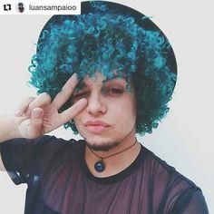 Cachos em homens: cabelo cacheado masculino colorido. Cachos azuis. Repost de um dos cabelos masculinos mais lindos desse Instagram amamos a cor @luansampaioo