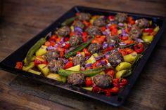 Kafta är köttfärsbiffar tillagade på mellanösterns vis. Här har jag enkelt tillagat biffarna med massa grönsaker på en plåt i ugn. Smidig rätt som sköter sig själv i ugnen. Perfekt att slänga ihop vid stressiga dagar eller när man kör kylskåpsrens. De flesta grönsaker passar perfekt till denna rätt! Du kan krydda biffarna helt efter smak om du vill ha en annansmaksättning än sjukryddor. 4-6 portioner Biffarna: 700 g köttfärs Ca 1 dl finhackad persilja 1 finhackad lök 1 tsk sju kryddor… Zeina, Kung Pao Chicken, Main Meals, Lchf, Meat Recipes, Food And Drink, Vegetables, Ethnic Recipes, Dinners