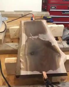 Woodworking Usa, Easy Woodworking Ideas, Woodworking Videos, Woodworking Projects Plans, Resin Crafts, Wood Crafts, Burning Wood With Electricity, Wood Resin Table, Wood Projects