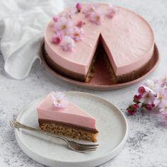 Jordbærmoussekage med mælkechokoladeganache og mandelbund