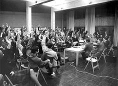 Durante 1968 algunos profesores fueron despedidos debido a la difícil situación financiera y el número de clases se vio reducido. En noviembre, el parlamento regional votó a favor para retirar toda la financiación, en consecuencia, la escuela fue cerrada en medio de protestas a finales de ese mismo año. (En la foto: Reunión plenaria de la HfG, de febrero de 1968)
