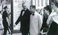 พระบาทสมเด็จพระเจ้าอยู่หัวภูมิพลอดุลยเดช, สมเด็จพระนางเจ้าสิริกิติ์ พระบรมราชินีนาถ และจอห์น ดี. ร็อกเกอะเฟลเลอร์ ที่ ๓ King Bhumibol Adulyadej, Queen Sirikit  and John D. Rockefeller 3rd ลินคอล์นเซ็นเตอร์ฟอร์เดอะเพอร์ฟอร์มมิ่งอาร์ตส Lincoln Center for the Performing Arts  นิวยอร์ก สหรัฐอเมริกา | New York, United States  ถ่ายเมื่อปีค.ศ.1967 (พ.ศ.๒๕๑๐) Image Source: Rockefeller Archive Center, United States