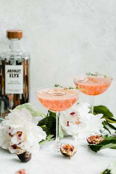 It's About Figgin' Thyme {Fig and Thyme Cocktail} - It's about figgin thyme for a cocktail! This fig and thyme cocktail is festive, bright, and perfe - Party Drinks, Cocktail Drinks, Cocktail Recipes, Alcoholic Drinks, Beverages, Drink Recipes, Bartender Drinks, Drinks Alcohol, Alcohol Recipes