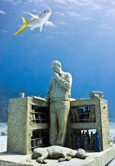 この夏のバケーションが決まっていないなら、カンクンの海底美術館はいかがでしょう?珊瑚や魚も作品の一部!