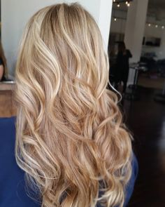 60 Alluring Designs for Blonde Hair with Lowlights and Highlights .-Nuances de blond : Want my hair to look like that with the wave (style)-New Design Pretty Blonde Hair, Blonde Hair Shades, Honey Blonde Hair, Blonde Color, Dark Blonde, Bleach Blonde, White Blonde, Golden Blonde, Blond Hair With Lowlights