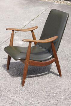 Prachtige Deense retro-fauteuil te koop, bekleed met donkergroene skai. De skai is in perfecte staat, evenals het houtwerk. Echt een eye-catcher voor wie van design, vintage en retro meubelen houdt. Past goed in een interieur met meubels van Gispen, Bovenkamp, Webe, Cadovius, Pastoe, Artifort, Deense / Noorse ontwerpen of industriele spullen. Prijs : 180 euro. www.daspasdesign.nl en info@daspasdesign.nl